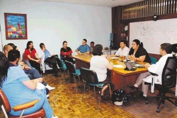 El director del Hospital México, Douglas Montero (der.), conversa con representantes de Undeca en la mesa de negociación. También participaron otros grupos sindicales y personal de las salas de cirugías. | CORTESÍA DE UNDECA