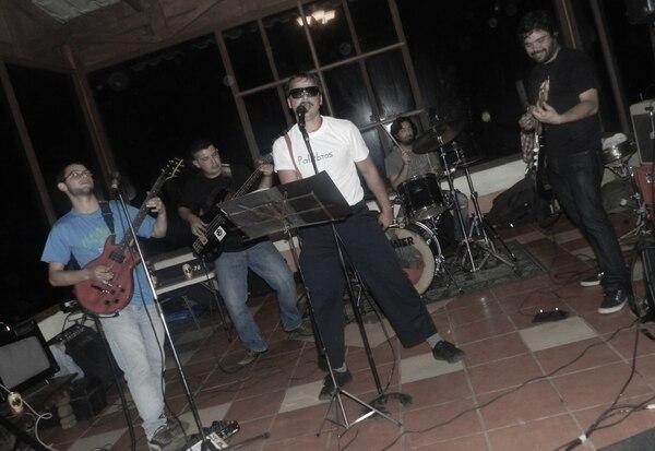 La Banda del Carro Rojo está conformada por varios músicos veteranos de la escena de Occidente, la mayoría de ellos de Zarcero. Foto cortesía de la banda.