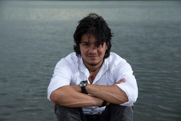 El actor costarricense Leynar Gómez en el barrio El Cocal de Puntarenas, donde este artista pasó su infancia. Fotos: Mayela López