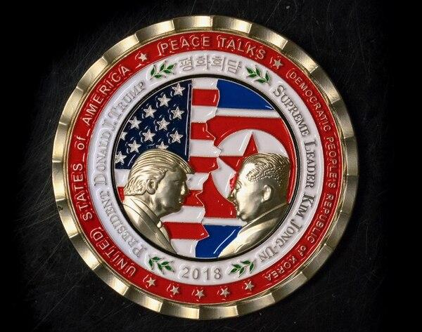 Moneda conmemorativa de la reunión hecha por la Casa Blanca. Foto AFP: STR.
