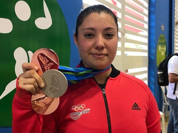 Isabel Montero muestra las medallas de plata y bronce que cosechó hoy en los Juegos Centroamericanos de Managua.