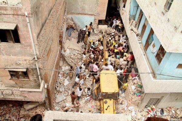 Entre los escombros las autoridades buscan a las decenas de personas desaparecidas que dejó el derrumbe de dos edificios en la India.