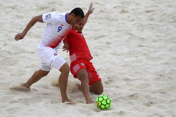 El costarricense Greivin Pacheco trata de eludir a un rival durante el partido de está tarde ante Panamá, donde la Tricolor cayó 2-1 en penales, en el Premundial de fútbol playa que se celebra en Nasáu, Bahamas.