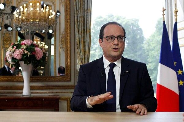 El presidente francés, François Hollande, brindó ayer entrevistas en el palacio del Elíseo tras participar en el desfile del día de la Bastilla, en París. | AP