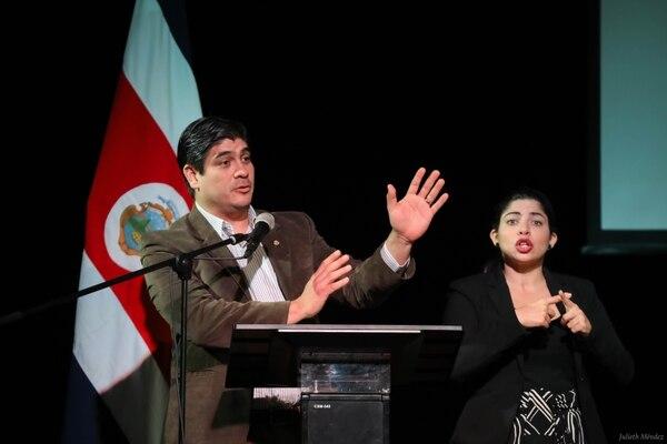 Carlos Alvarado, presidente de la República, durante una actividad de entrega de títulos de propiedad a 33 familias de Los Guido de Desamparados, el lunes anterior. Foto Julieth Méndez / Presidencia