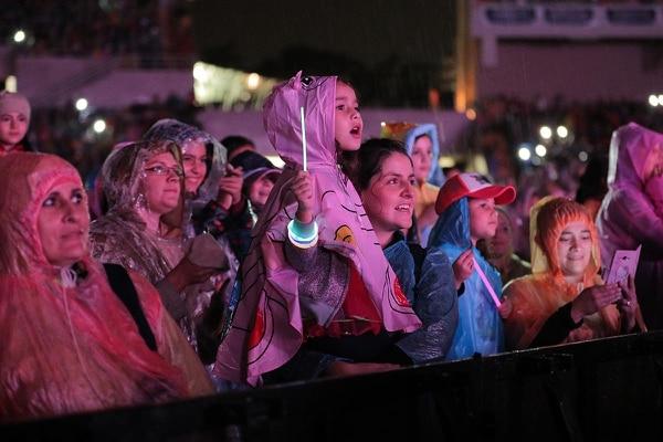 La lluvia no impidió a que los miles de niños, muchos en compañía de sus padres, disfrutaran con el espectáculo de 'Soy Luna'.