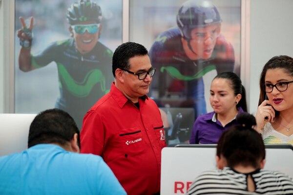 Randald Jiménez Bonilla lleva seis años en un proceso de aprendizaje junto a sus clientes. A unos les debe explicar cosas básicas y otros son quienes lo ponen entre la espada y la pared. Foto: Alonso Tenorio