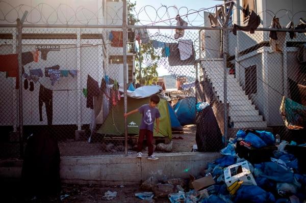 Basura y hacinamiento son parte de la vida cotidiana en el campo de migrantes de Moria, en la isla de Lesbos, Grecia.