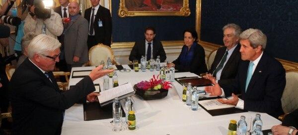 El secretario de Estado norteamericano, John Kerry (der.), se reunió en Viena con sus homólogos William Hague (Reino Unido), Laurent Fabius (Francia) y Frank Walter Steinmeier (Alemania) para intentar resolver las