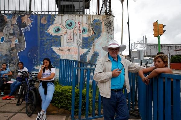 El exdiputado y cooperativista Óscar Campos asesoró, este lunes, a los colegiales que protestaron contra la aprobación del proyecto de educación dual en el Congreso. Fotos: Mayela López