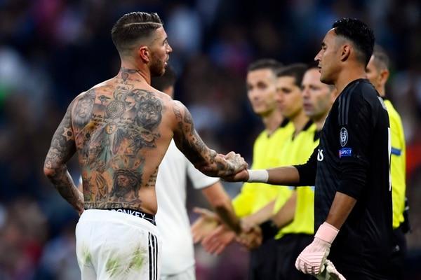 Sergio Ramos saluda a Keylor Navas en un juego de la actual campaña, el costarricense ha disputado siete partidos. Fotografía: AFP