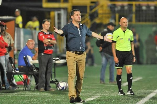 Javier Delgado no paró ni un minuto de dar instrucciones a sus jugadores frente a Liberia.