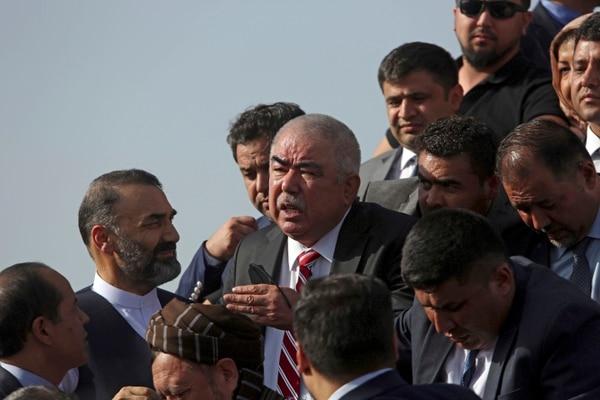 El primer vicepresidente afgano, un ex caudillo uzbeco, el general Abdul Rashid Dostum, y miembros de su séquito desembarcaron al llegar al aeropuerto internacional de Kabul en Kabul, Afganistán. AFP