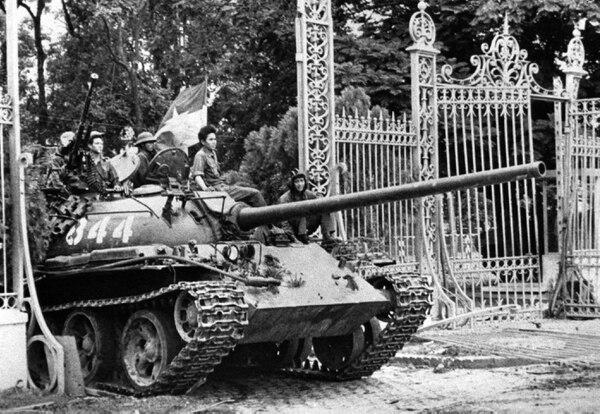 Un tanque de Vietnam del Norte atraviesa las puertas del palacio presidencial de la vieja Saigón, actual ciudad de Ho Chi Min, capital de Vietnam. Ese momento marcó el final de la guerra el 30 de abril de 1975.