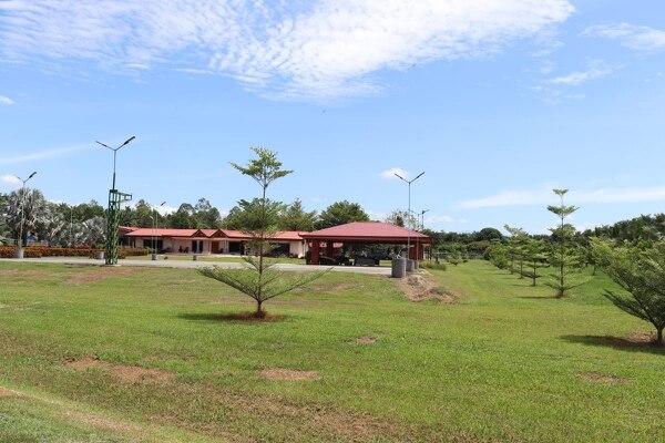 La policía allanó el martes esta propiedad en La Cuesta de Corredores, que es una quinta que tiene zonas verdes, ranchos y un lago. Foto de OIJ.