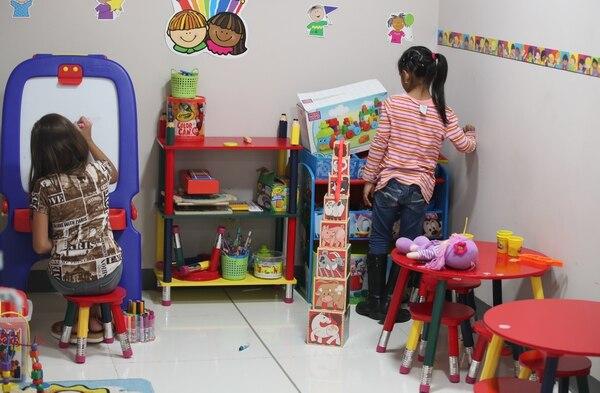 Una sala de juegos sirve de guardería para los niños mientras sus mamás reciben talleres o terapias.