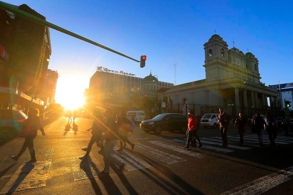 La mañana de este lunes en San José la temperatura mínima fue de 16°C. El IMN afirma que este mes va a cerrar con días frescos y muy ventosos. Foto: Rafael Pacheco.