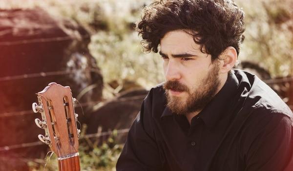 El cantante de 424, Felipe Pérez, es uno de los protagonistas de Teoría de cuerdas . Teoría de Cuerdas para LN
