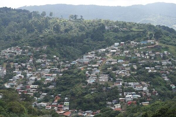 Una vista panorámica de las casas de Río Azul de Desamparados que evidencia la construcción de vivienda en zonas montañosas, lo que aumenta el riesgo ante eventos como deslizamientos.