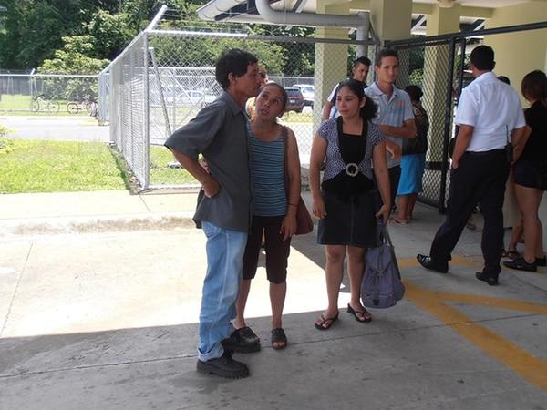 Los padres de la adolescente y otros familiares llegaron a las afueras del Hospital Tomás Casas Casajús, en Ciudad Cortés, Osa. | ALFONSO QUESADA