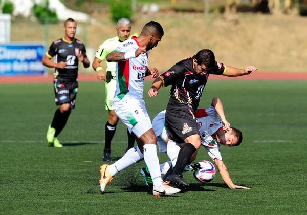 El delantero de Belén, Daniel Varela (centro), luchó ayer contra la marca de los carmelos Darío Delgado (izq.) e Ignacio Quesada. | ALEXANDER CARAVACA