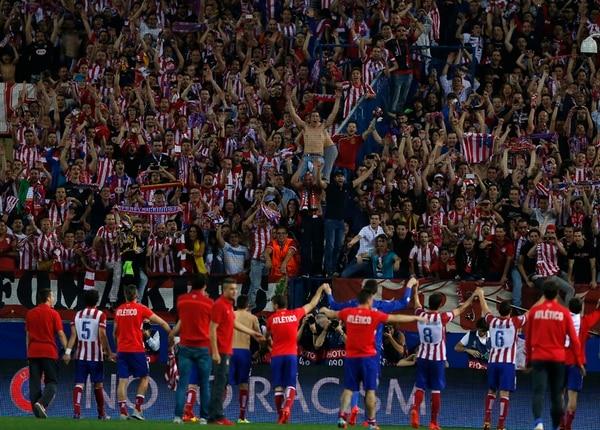 Los jugadores madrileños festejan con su afición el pase a semifinales, ayer en el estadio Vicente Calderón. | AP