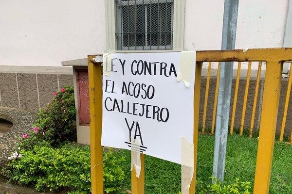 Estudiantes universitarias y colectivos feministas presionan este jueves, en las afueras de la Asamblea Legislativa, por la aprobación en primer debate del proyecto de Ley Contra el Acoso Sexual Callejero. Foto: Andrea Carazo para LN.