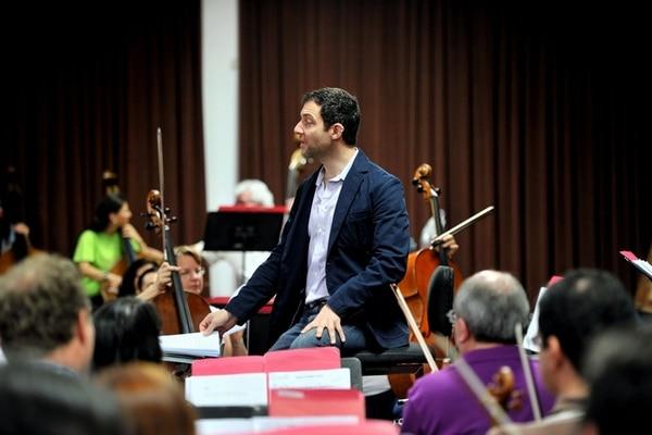 Preparativos. En la imagen, se muestra a la Orquesta Sinfónica Nacional de Costa Rica ensayando antes de sus dos conciertos de bossa nova , en marzo. En el centro, se ve a Jeremy Fox dirigiendo a los músicos participantes. Alonso Tenorio.