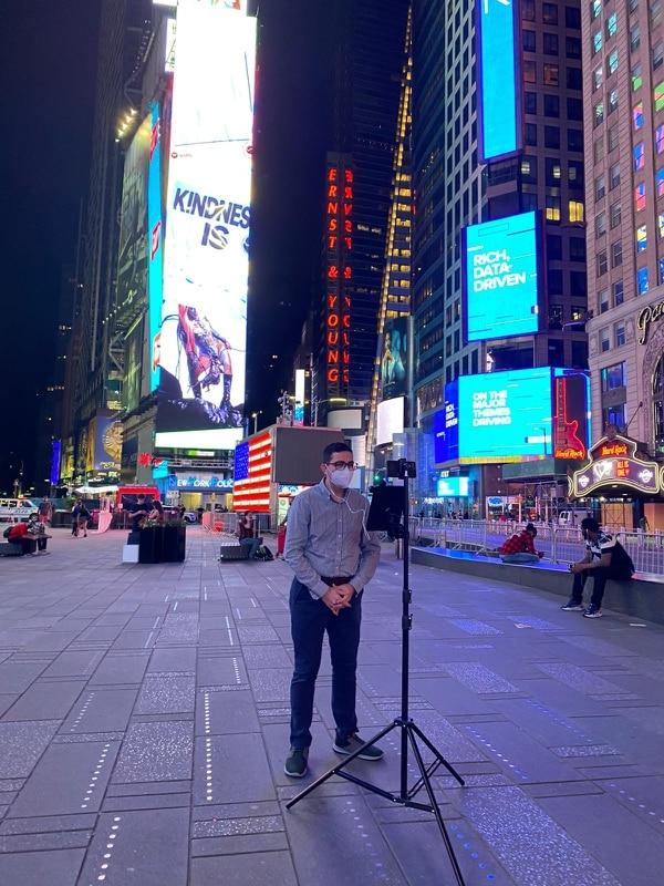 Elías Alvarado siempre busca lugares icónicos de la Gran Manzana para hacer su pase en vivo, como Times Square. Foto: cortesía Elías Alvarado.