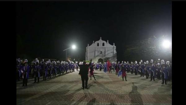 Tocando al frente de la iglesia colonial de Nicoya, comunidad a la que pertenece la banda guanacasteca. Cortesía de Jorge Luis Guevara