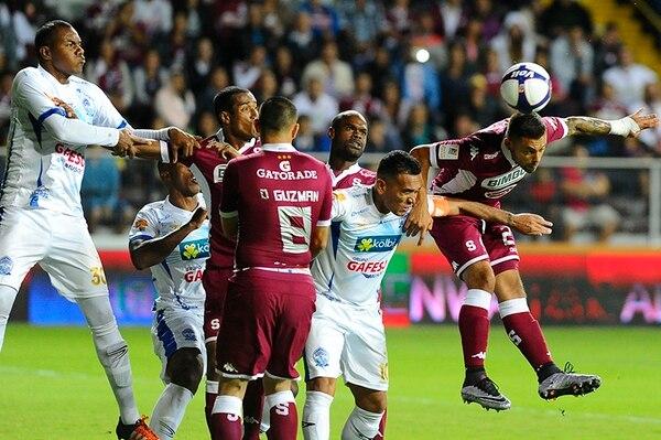 David Ramírez, goleador del Saprissa, cabecea el balón ante la marca de los pezeteños. Saprissa se mide a Pérez Zeledón esta noche.