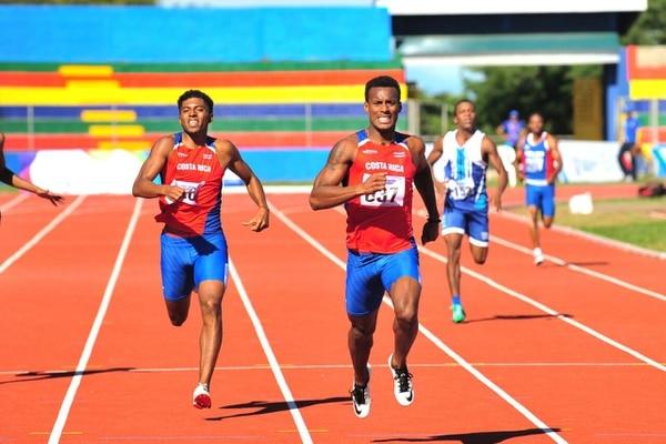 Nery Brenes (derecha) ganó la medalla de oro en los Juegos Centroamericanos de Managua, Nicaragua, en diciembre del 2017 con un tiempo de 46.64. A su lado el también nacional Gerald Drummond. Fotografía: Juan Diego Villarreal
