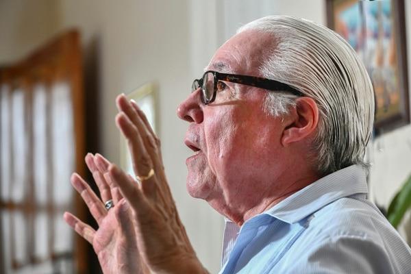 Luis Enrique Mejía Godoy tiene 75 años y es asmático, por lo cual ha aplicado la cuarentena para cuidar su salud. Foto: Jorge Castillo.