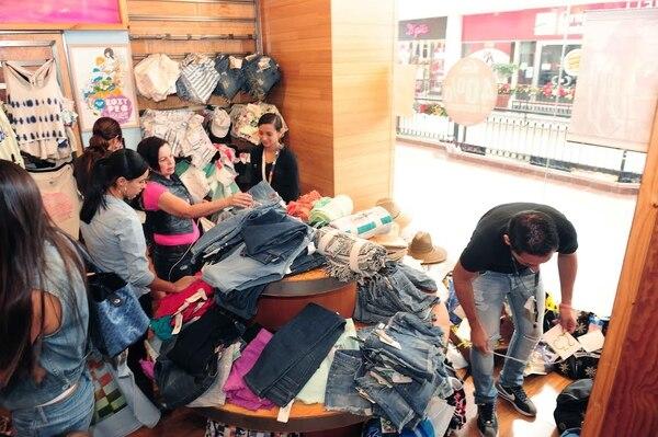 En Multiplaza Escazú fue donde, al mediodía, había el mayor movimiento de compradores. De nuevo fueron los jóvenes quienes más llenaron las tiendas de ropa y artículos skate y surf.