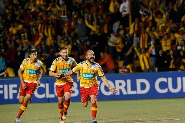 Oscar Esteban Granados, Elías Aguilar y Esteban Ramírez celebran el primer gol florense, anotado por este último anoche en el Estadio Eladio Rosabal.   RAFAEL PACHECO