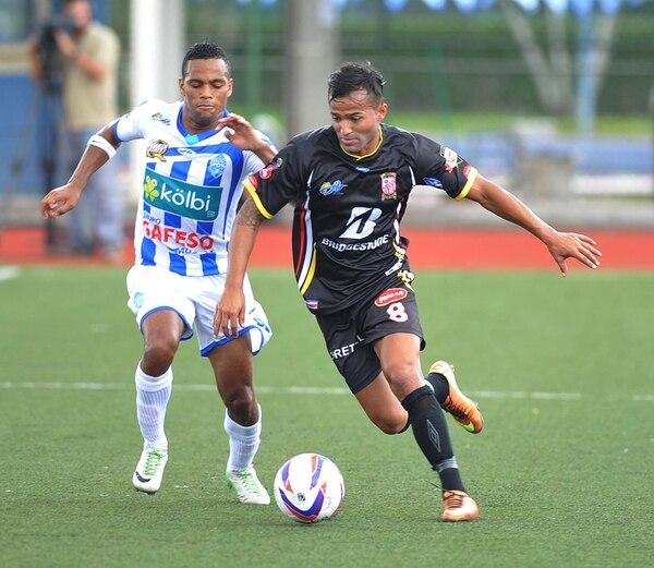 Armando Polo (izq.), delantero de Pérez Zeledón, persigue a Ricardo Blanco, volante de Belén. Ambos jugadores marcaron un gol ayer. | MANUEL VEGA