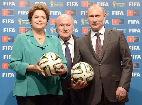 Dilma Rousseff y Vladimir Putin, mandatarios de Brasil y Rusia respectivamente, hicieron ayer en Río de Janeiro un simbólico traspaso de sede mundialista.