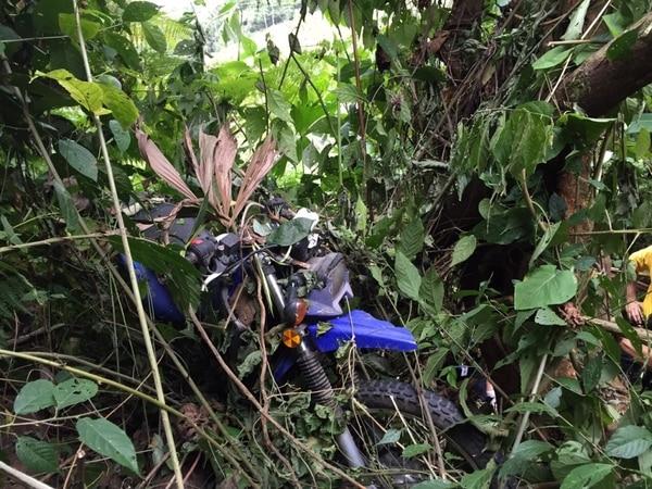 La moto quedó casi en el fondo del barranco y a tres metros de ella el cuerpo del bombero.