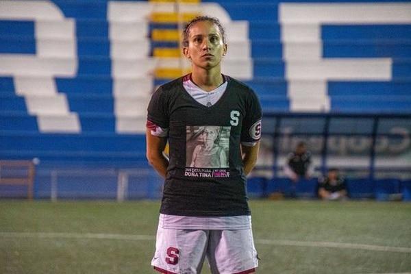 El 18 de setiembre Carolina Venegas llevó en su camisa la imagen de Doña Tina. Foto: Saprissa
