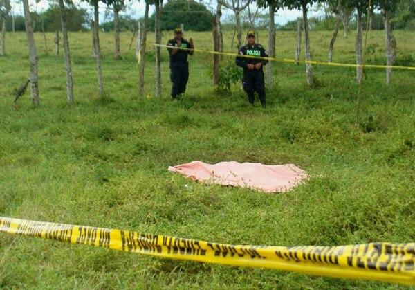 La Policía estuvo en la finca hasta que llegó el OIJ. | EDGAR CHINCHILLA