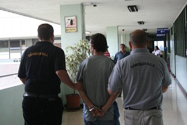 Dos agentes del OIJ de Cartago custodiaron bajo estrictas medidas de seguridad al sospechoso, apellidado Zúñiga, quien horas antes pidió perdón por el crimen. | JORGE CALDERÓN