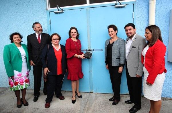 Autoridades del Gobierno, encabezadas por la vicepresidenta Ana Helena Chacón (al centro, de rojo) pusieron el candado simbólico al área asilar del Hospital Nacional Psiquiátrico. GRACIELA SOLÍS