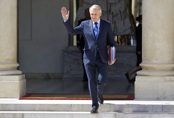 El primer ministro de Francia, el socialista Jean-Marc Ayrault, saliendo del Palacio del Elíseo, en París, Francia. Ayrault presentó hoy su dimisión y la de su Gobierno al presidente, François Hollande