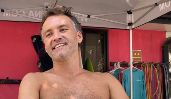 El chileno Raúl Reveés es un nómada digital: divide sus días entre el surf, trabajo, visitas a la playa y nuevos amigos. Cortesía para LN.