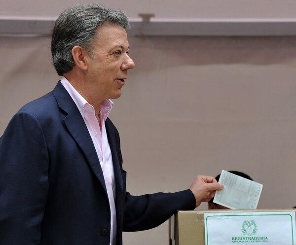 El actual presidente colombiano, Juan Manuel Santos, emitió su voto este domingo en Bogotá.