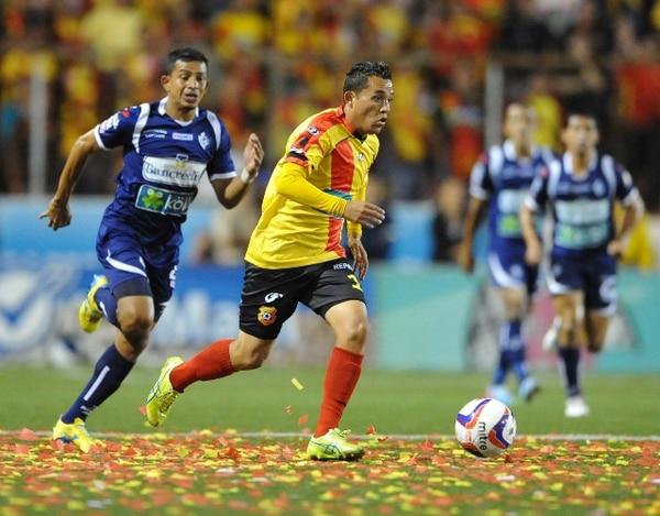 José Sánchez conduce el balón ante la marca de Esteban Sirias. Los florenses necesitan de un gol más para igualar la serie final. | CARLOS BORBÓN