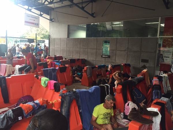 Cubanos migrantes pasaron la noche en las instalaciones de Migración de Costa Rica en Peñas Blancas.