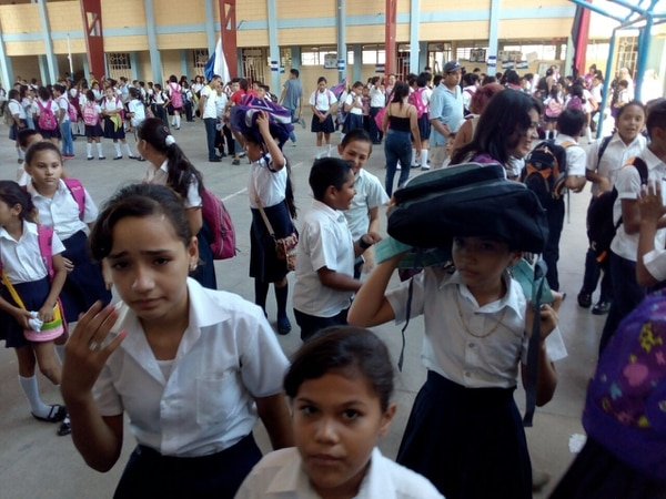 En el Colegio Augusto César Sandino, en ciudad Sandino, Nicaragua, se aplicó el protocolo de emergencias luego del temblor, que dejó como saldo una persona fallecida.