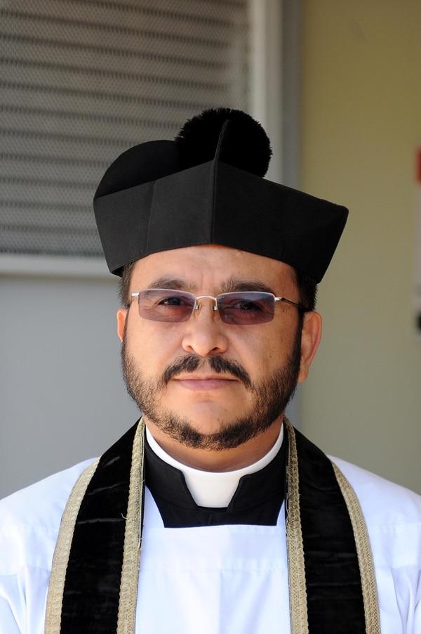 El padre Sixto Varela juega con el euqipo de sacerdotes, las Águilas Negras, desde el 2001. Foto: Melissa Fernández Silva