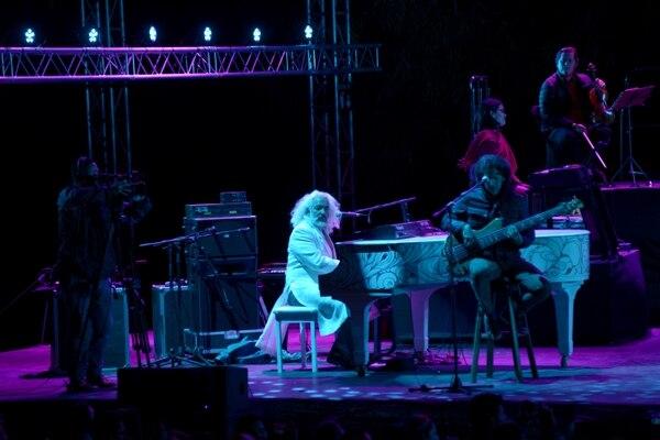 Manuel Obregón (de blanco) ha tenido que cancelar sus presentaciones con el grupo Malpaís y otras que tenía fuera de Costa Rica como solista. Foto: José Díaz-Archivo.